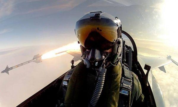 Keren banget kan pilot jet tempur yang selfie ini!