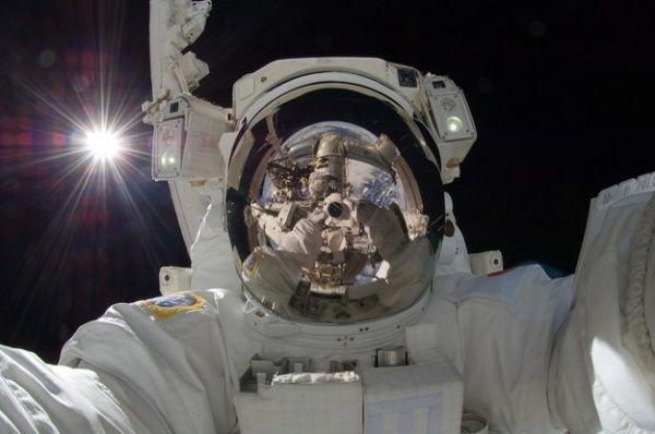 Ini adalah selfie paling populer di dunia..Selfie diluar angkasa.