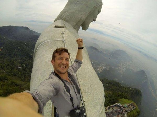 Selfie yang diambil dari atas patung Christ the Redeemer, Brasil