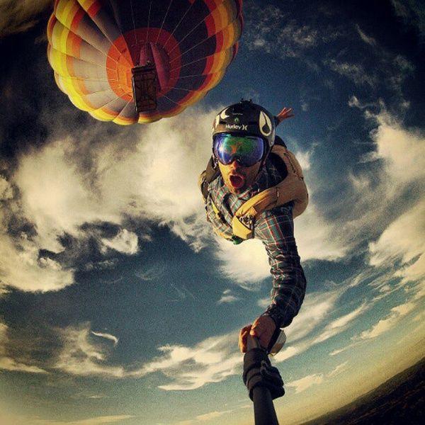Foto selfie ini diambil saat terjun dengan parasut