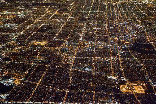Foto 4 : Ketergantungan Listrik Pemandangan Los Angeles dari angkasa ini memang indah banget. Tapi tahukah kamu kalau bumi bakal tambah panas dengan semakin banyaknya penduduk yang ketergantungan dengan lampu bahkan pada siang hari sekali pun.