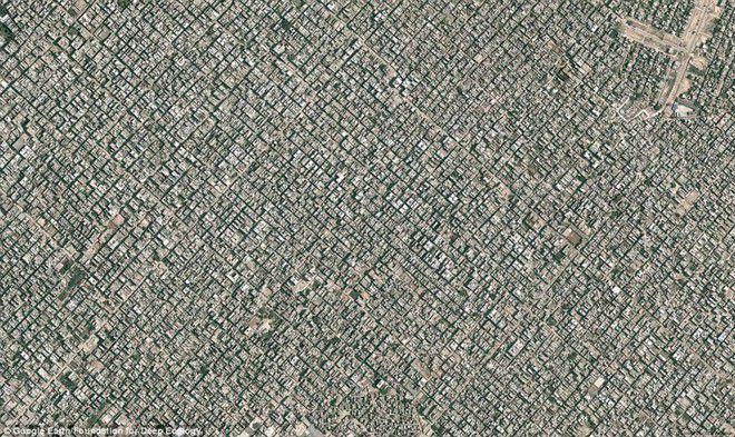 Foto 9 : Kepadatan Penduduk 2 Siapa yang sangka kalau ini adalah pemandangan New Delhi yang kini dihuni sekitar 22 juta orang lebih. Gimana akhirnya bumi nggak bahaya kalau semua negara dan kota sepadat ini. Bisa bayangkan bukan masalah apa saja yang bisa timbul. Bagaimana menurutmu?