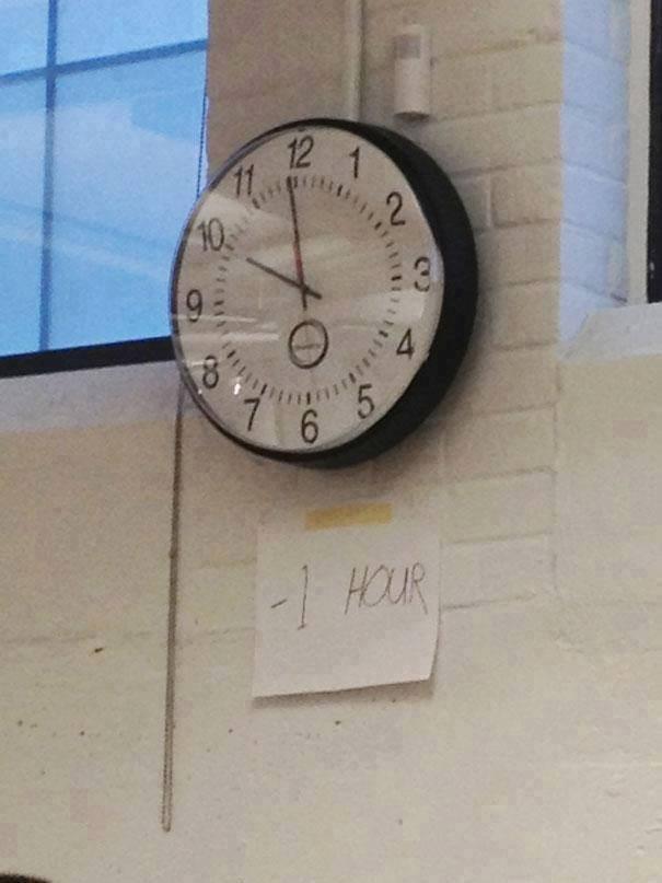 #3 MANIPULASI JAM Pemalas akan mempercepat jam dindingnya, lebih cepat 1 jam daripada jam normal di daerahnya. Hal ini dilakukan agar pemalas tidak terlambat dalam melakukan aktivitas apapun.