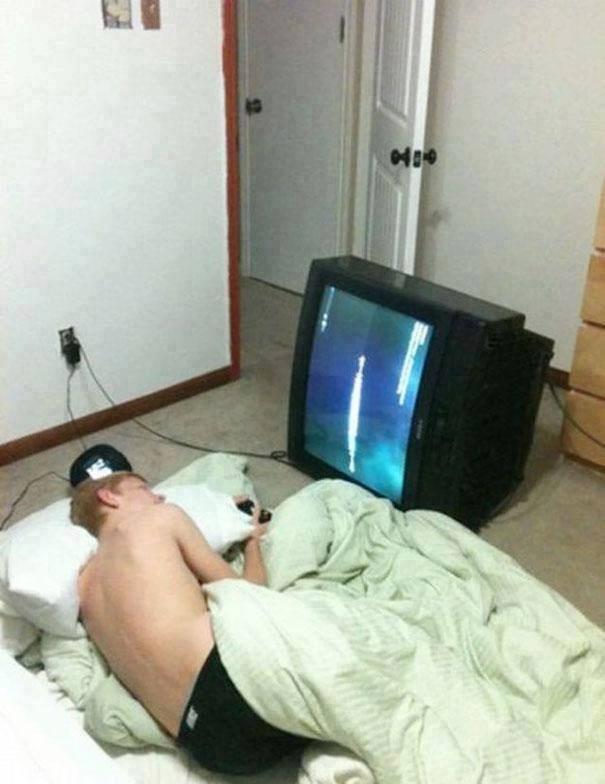 #6 NONTON FILM Ada orang yang tidur dengan posisi miring. Mereka kadang kala memang suka dengan posisi tidur yang miring. Dengan memutar otak, pria ini membalik TV seperti pada gambar ini.