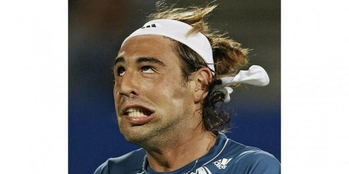 Ini adalah Marcos Baghdatis mewakili Siprus, ini adalah wajah lucunya setelah kalah selama kuartal pertandingan final di Turnamen Tenis Internasional Sydney pada tahun 2007.