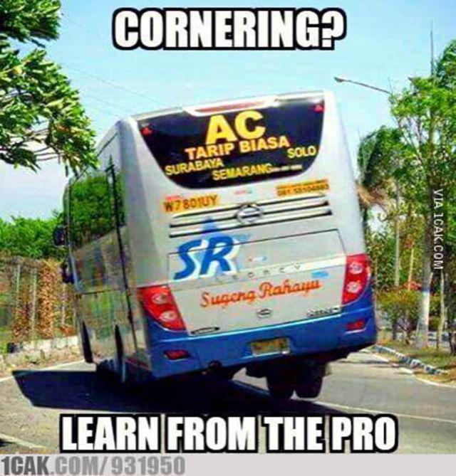 #7 NGEPOT Jangan sepelekan sopir bus di Indonesia! Mereka juga ahli dalam berkendara. Gambar ini adalah buktinya. Mereka bisa ngepot atau istilahnya cornering karena mereka juga sudah pro.