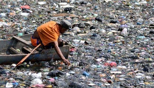 #3 Bayangin aja dari daratan sampai lautpun hilang keindahannya gegara sampah. Kasihan pak nelayan melautnya jadi terhambat gegara sampah.