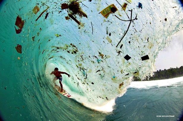 #4 Ini lagi foto perselancar yang ditemenin sampah-sampah. Jadi kurang keren deh perselancarnya #eh. :P