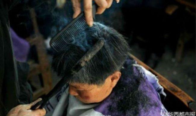 #1 Pangkas rambut dengan besi panas. Terdengar ekstrim, tapi ini fakta kalo di China seorang pemangkas rambut bernama Wang ini mempertahankan warisan budaya dengan memangkas rambut menggunakan besi panas. Katanya sih bisa lebih rapi. Wahhh..
