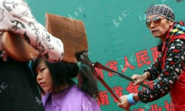 #3 Engga kalah ekstrim, ini lagi ada pangkas rambut di China pake sisir raksasa dan gunting kebun. Wah... sapa berani coba?