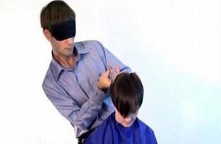 #5 Bukan sulap, buka sihir. Pria bernama Oleg Maksakov ini memangkas rambut pelanggannya dengan cara menutup matanya dan pake dua gunting sekaligus. Harga pangkasnya juga standar, bahkan kalo mau jadi bahan percobaannya sih katanya gratis. Silahkan coba yang tertarik.. :D