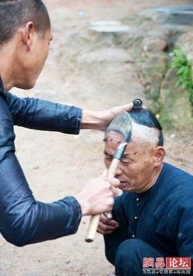 #6 Foto yang sedikit menakutkan, pemirsa. Pangkas rambut pake sabit sapa berani? Kalo berani, langsung ke China gih. :P