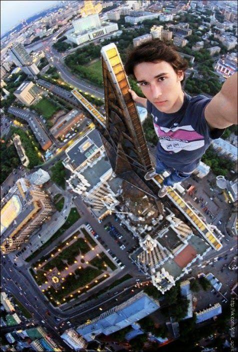 3. tetep selfie dengan gaya ya, walaupun mengerikan tuh keadaannya.