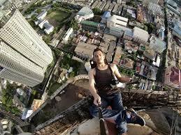 4. Gilak bener selfie di pucuk gedung dengan tiduran.