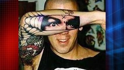 tuh kan unik.. tatonya bisa pas dan mirip dengan mata guys...
