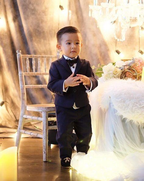 Ryshaka Dharma Situmeang, bayi yang telah beranjak menjadi balita ini semakin bikin gemas dengan gaya coolnya dan wajah tampan yang sedikit oriental. Sukses bikin anak nih nona Sharena dan Ryan Delon. Hahahah Sumber: Instagram @mrssharena