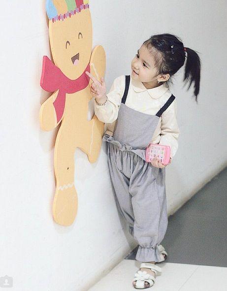 Ayasha Putri memang tidak lahir dari pasangan selebriti, tapi dengan gaya gemesnya dan kecerdasannya dia mampu jadi selebgram. Sumber: Instagram @ayashaputri