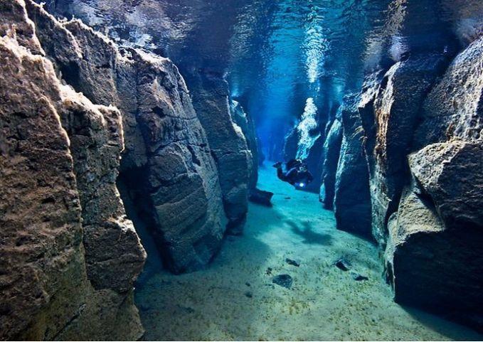 Gunung berapi yang terletak di dasar laut ini terletak di Provinsi Sulawesi Utara,Banua Wuhu namanya. Gunung berapi ini mempunyai ketinggian 400 meter dari dasar laut. Wisata yang berada di area Kepulauan Sangihe, Sulawesi Utara ini memeliki titik kepundan yang ditandai oleh keluarnya gelembung di antara bebatuan pada kedalaman 8 meter. Suhu airnya mencapai rata-rata 37-38 derajat Celsius dan di sejumlah lubang, keluar air panas. Mau mencoba mengunjunginya, guys?