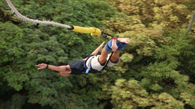 Kalau biasanya Bali identik dengan wisata pantainya yang memukau dan kurang tantangan, kali ini ada tempat wisata di Bali yang menantang yakni Bali Bungy Jumping, atraksi wisata yang berada di Pantai Seminyak. Mau coba uji nyali, guys?yuk silahkan ke Bali.. :D