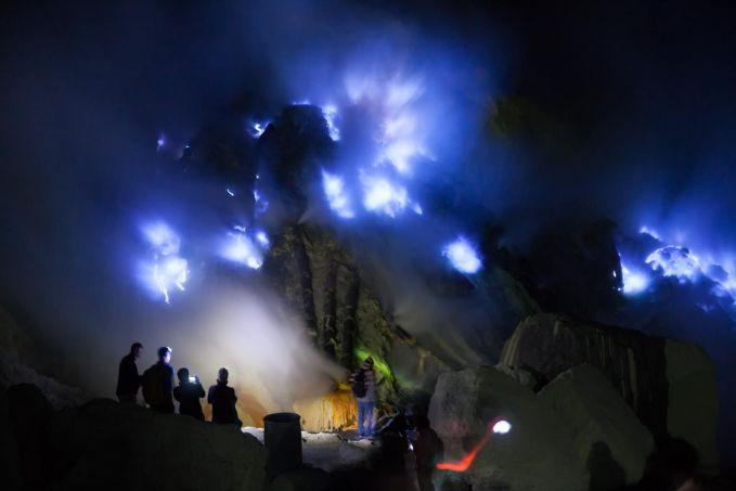 Eits, angan hanya lihat blue fire yang ada di kompor rumah kalian ya.. Di Kawah Ijen, kalian bisa melihat blue fire yang sangat cantik. Tentu saja, untuk melihat fenomena ini kalian harus menyusuri jalan menuju kawah ijen sekitar pukul 00.00 WIB untuk pendakian santai.Kenapa harus malam? Karena fenomena ini bisa kalian lihat pada pukup 4-5 pagi. Mau coba?Siapkan jaket tebal kalian dan peralatan lainnya. :D