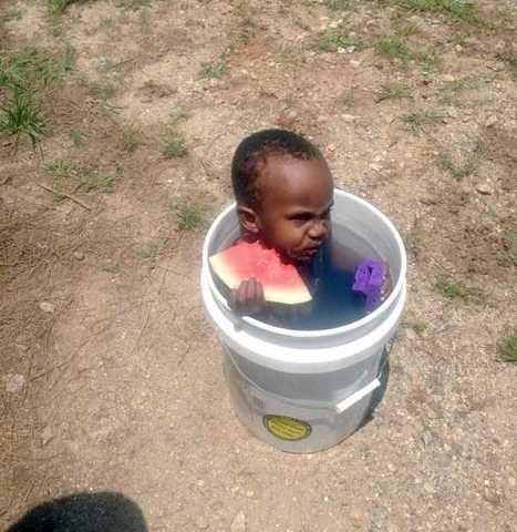 6.Potret anak Afrika yang sedang mandi di bawah terik matahari yang menyengat