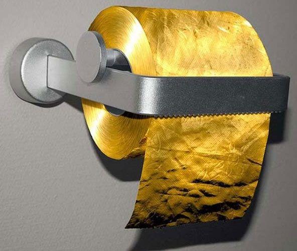 #1 Tissue toilet dari kertas emas Bukan sembarang tisu toilet, karena yang satu ini dibuat dari kertas emas 22 karat. Tisu toilet ini dibanderol seharga Rp 15.665.000.000, harga yang mahal untuk segulung tisu. Entah siapa yang berniat membeli tisu toilet ini, yang pasti akan sangat sayang jika dipakai. Atau memang orang yang kelebihan duit saja yang berani memakainya. sumber gambar : kapanlagi.com