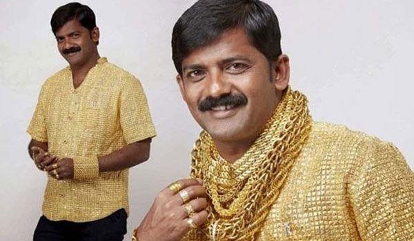 #2 Baju dari emas Tak hanya tisu saja yang dibuat dari emas, baju ini juga terbuat dari emas. Entah berapa karat emas yang dipakai di baju tersebut. Baju ini dibanderol seharga Rp 3.012.500.000 dan siapa ya kira-kira berniat untuk membelinya? sumber gambar : kapanlagi.com