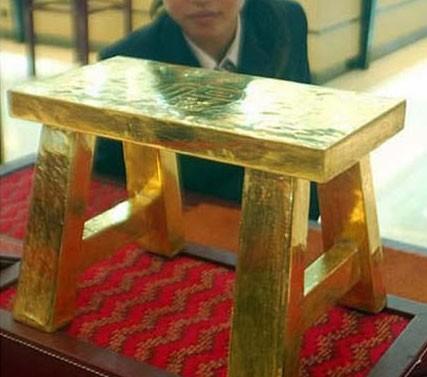 #6 Kursi dari batangan emas Sepintas tidak ada nilai artistik dari kursi kecil ini. Namun jangan ditanya soal harganya, karena jauh dari harapan kamu. Kursi ini ternyata dibuat dari emas padat yang didesain seperti kursi. Dengan merogoh uang sebesar Rp 15.665.000.000 anda sudah bisa membawa pulang kursi ini. sumber gambar : kapanlagi.com