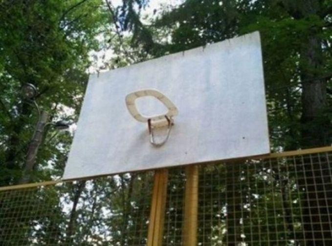 Agak jorok sih, ring basket pakai penutup kloset.