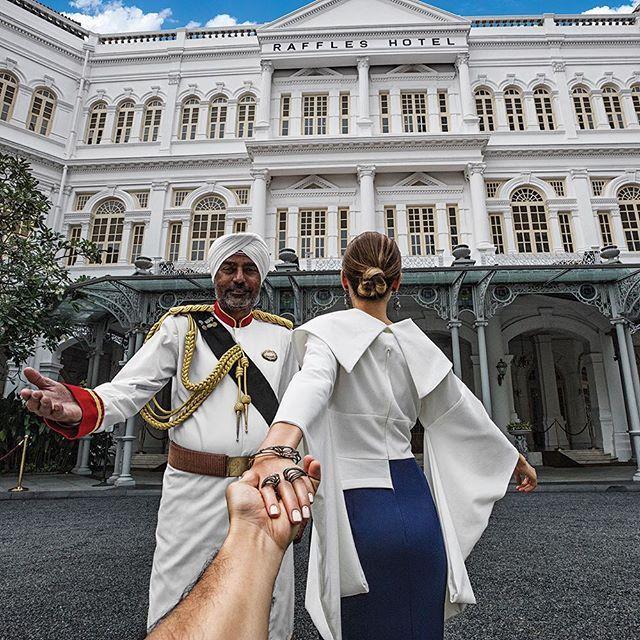 #13 SINGAPURA Mereka juga pernah tiba di salah satu negara Indonesia. Mereka juga tertarik dengan salah satu bangunan yang memiliki nilai sejarah. Tempat ini adalah Hotel Raffles yang dibuka sejak tahun 1887.