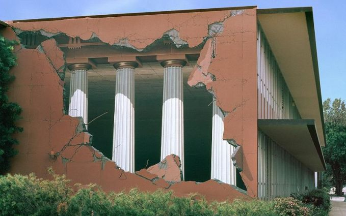#7 PILAR Dinding ini tidak sedang rusak seperti yang kalian lihat sehingga kalian melihat pilar-pilar yang ada di dalamnya. Ini hanyalah grafity.