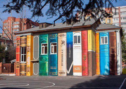 #9 BUKU Wah ini keren banget dan sangat berseni. Dinding perpustakaan digambar seperti tumpukan buku besar yang ditata dengan rapi.