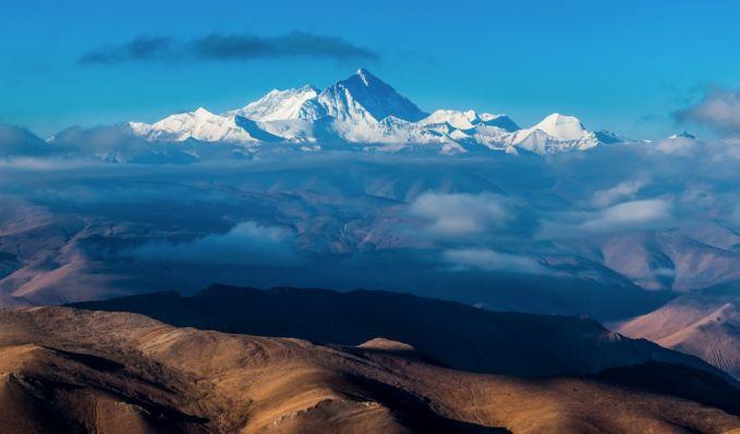Pendaki tertua yang pernah mendaki puncak Everest berusia 80 tahun dan yang paling muda berusia 13 tahun.