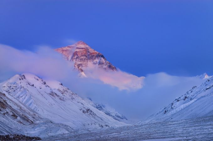 Gunung Everest terletak di Himalaya. Puncak selatannya terletak di perbatasan Nepal dan Tibet, dan puncak utaranya terletak di Cina.