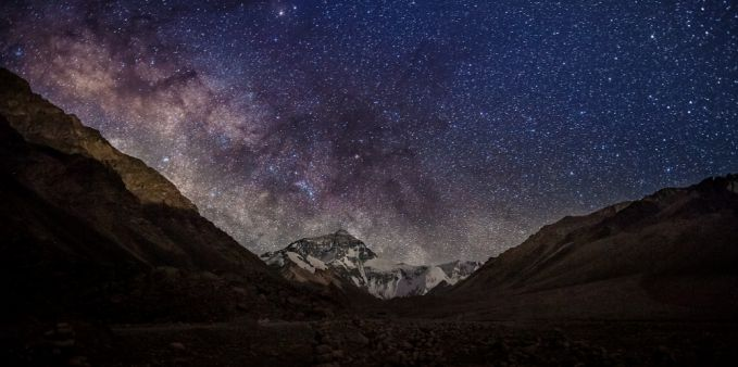 Pada malam hari, kamu dapat melihat pemandangan indah dari langit penuh bintang dan megahnya puncak Everest.