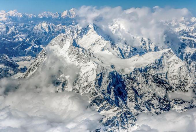 Everest adalah nama gunung ini dalam bahasa Inggris. Pribumi Tibet menyebutnya Chomolungma (wanita atau nyonya rumah dari angin).
