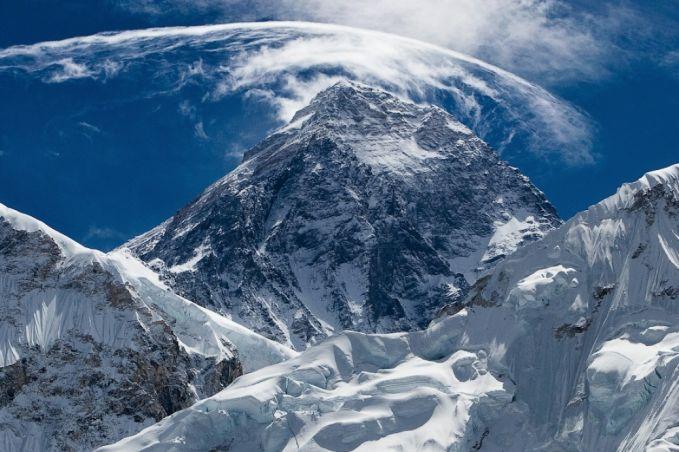 Gunung raksasa ini masih terus berkembang karena gerakan terus menerus dari lempeng benua. Ketinggian gunung ini meningkat 4 mm setiap tahun.
