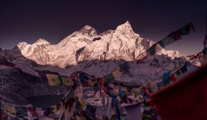 Bendera doa Buddha di jalan menuju Everest.