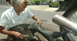 Kisah Inspirasi: Nenek 86 Tahun Jadi Tukang Tambal Ban