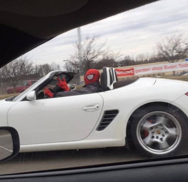 Ada spiderman naik mobil!!!