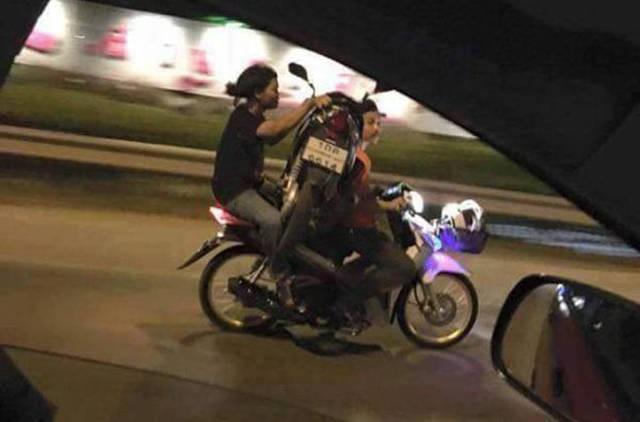 Ada motor diangkut motor..LOL!!!