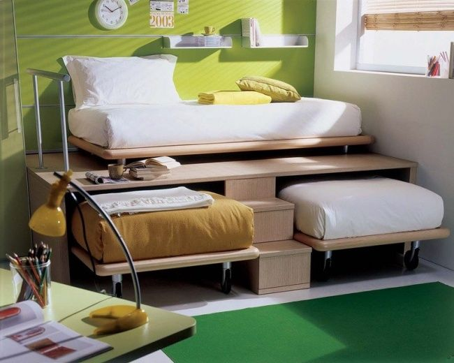 Walaupun kecil, tapi kamar ini bisa menampung temanmu kalau ada yang menginap. Karena dibawah tempat tidur masih ada 2 kasur lagi yang bisa ditarik.
