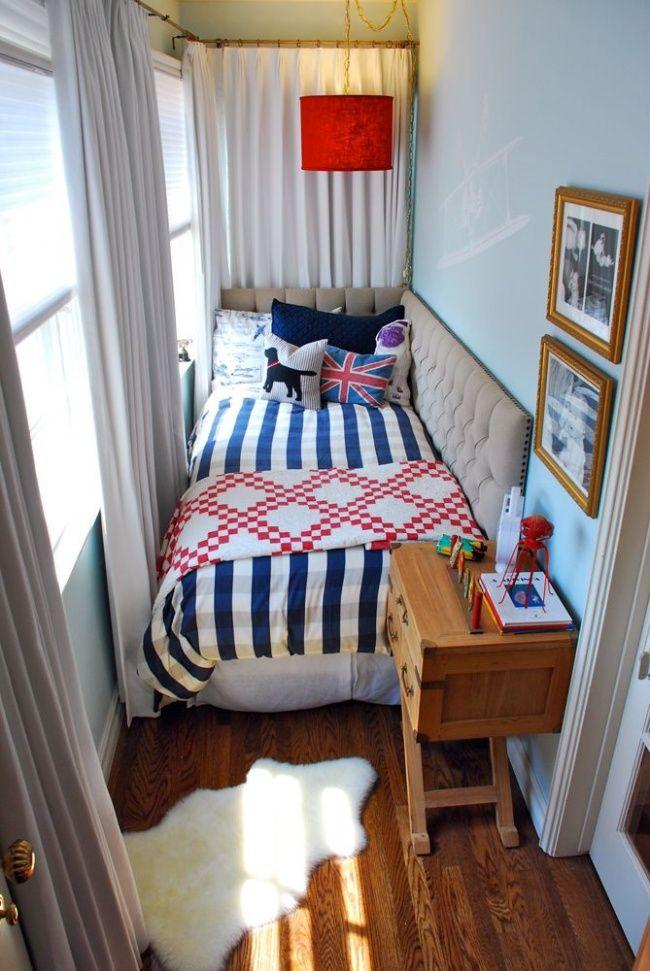 Ruangan ini pas banget buat ruang baca. Buat kamu yang punya balkon kamar, bisa juga lho disulap jadi kamar yang keren.