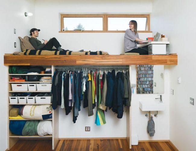 Kalau yang ini kamu harus punya atap yang lumayan tinggi, karena tempat tidur ada diatas dan dibawah tempat tidur bisa dimanfaatkan sebagai lemari, rak hingga wastafel.