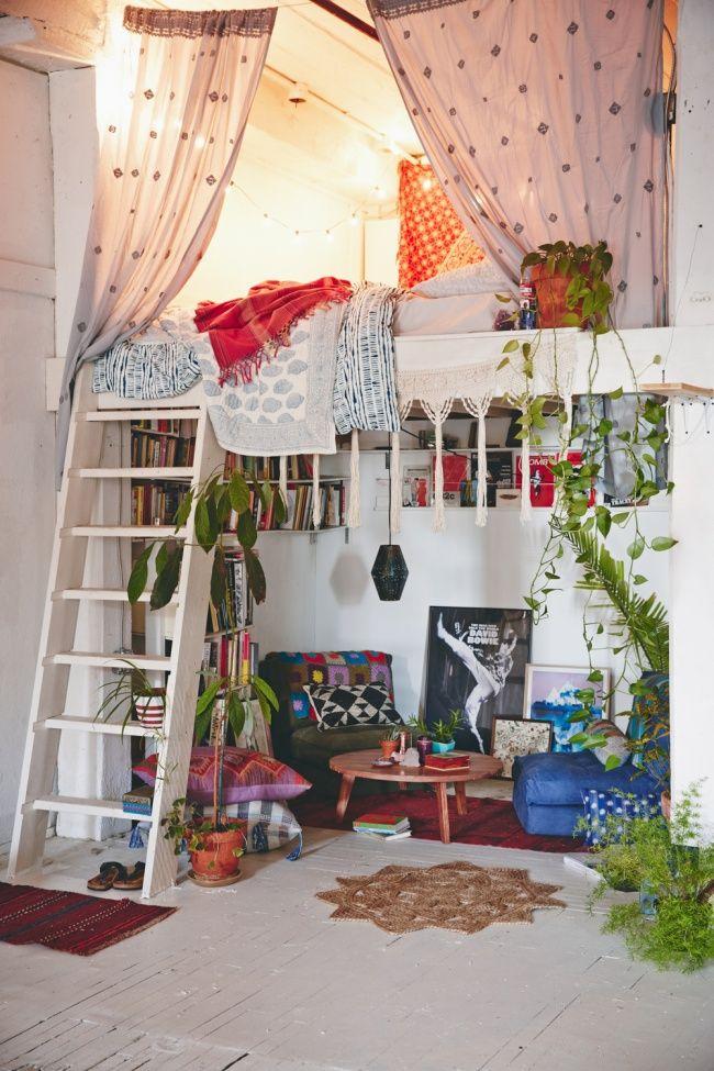 Kayanya ini kamar impian para cewek banget. Karena diatas ada kelambu yang bisa menutup tempat tidurmu, sedangkan dibawah ada meja yang bisa kamu pakai untuk minum teh bersama temanmu. Ditambah lagi dengan sedikit tanaman hidup..keren!!