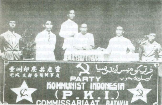 #7 PERSERIKATAN KOMUNIS HINDIA Di tanah air, organisasi politik yang pertama sekali menggunakan nama Indonesia adalah Partai Komunis Indonesia (PKI). Itu terjadi pada tahun 1924. PKI sendiri berdiri tanggal 23 Mei 1920, dengan nama Perserikatan Komunis Hindia. Baru pada bulan Juni l924, melalui sebuah Kongres di Weltevreden, Perserikatan Komunis Hindia berganti nama menjadi Partai Komunis Indonesia. Sumber gambar : en.wikipedia.org