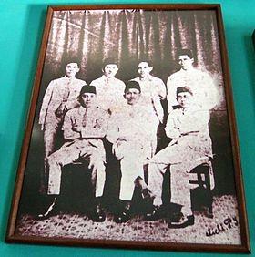 #8 PERSERIKATAN NASIONAL INDONESIA Pada tahun 1927, Soekarno bersama Tjipto Mangunkusumo serta kawan-kawannya di Algemene Studieclub mendirikan gerakan politik nasionalis bernama Perserikatan Nasional Indonesia (PNI). Setahun kemudian, Perserikatan Nasional Indonesia berganti nama menjadi Partai Nasional Indonesia (PNI). Soekarno dan PNI punya kontribusi besar dalam mempopulerkan nama Indonesia di kalangan rakyat jelata: petani, buruh, dan kaum melarat lainnya. Sumber gambar : id.wikipedia.org