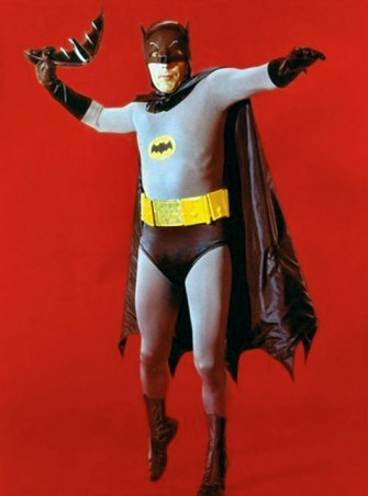 #1 Kostum Batman Serial TV Serial ini pertama kali mengudara pada tanggal 12 Januari 1966 di channel ABC. Selama penayangannya, serial tv ini sudah dibuat sebanyak tiga musim yang berakhir pada tahun 1968. Untuk pemerannya, diserahkan pada aktor Adam West sebagai Batman, dan Burt Ward sebagai Robin. Dari segi kostum bisa dibilang film ini masih mengadaptasi dari versi komiknya. Kalau disamakan dengan sekarang, bisa dibilang kostum film pertama Batman ini sudah sangat ketinggalan jaman dari segi bentuk dan bahan materialnya. Bahkan sangat tidak ada kesan 'garang' sama sekali dari kostum ini. sumber : jadiberita.com
