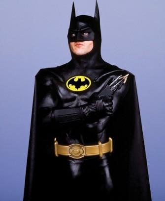 """#2 Batman Versi Layar Lebar Setelah 20 tahun berlalu, akhirnya film """"Batman"""" kembali dibuat dalam versi layar lebar. Tim Burton waktu itu yang dipercaya untuk mengembalikan sosok 'gelap' dari sang The Dark Knight ini. Mempercayakan peran Bruce Wayne kepada Michael Keaton, Tim Burton bersama tim merombak besar-besaran kostum Batman. Kali ini, mereka sukses menghadirkan sosok 'garang' dan misterius sang penjaga Gotham City tersebut. Didominasi oleh warna hitam, Batsuit ini juga menampilkan efek tonjolan-tonjolan otot tubuh yang menjadikannya terlihat lebih gagah dan kokoh. Apalagi dari segi topeng wajah, sudah terlihat seram dan sangat berbeda jauh dari seri 20 tahun yang lalu. sumber : jadiberita.com"""