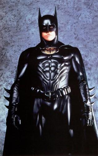 """#3 BATMAN FOREVER Di film """"Batman Forever"""" kali ini Tim Burton sudah tidak lagi menjadi sutradara, posisinya digantikan oleh Joel Schumacher. Untuk pemerannya pun, di film ini Bruce Wayne dimainkan aktor Val Kilmer. Untuk kostumnya di film ini, masih tidak ada perbedaan yang mencolok dari film sebelumnya. Hanya saja ada sedikit perubahan kecil di dalamnya. Hal ini terlihat dari perubahan warna dan bentuk di sabuknya, yang dulu berwarna kuning kini menjadi hitam. Selain itu, di bagian tengah ikat pinggangnya juga terdapat ukiran Batlogo. Bisa dibilang kostumnya ini lebih gothic. sumber : jadiberita.com"""